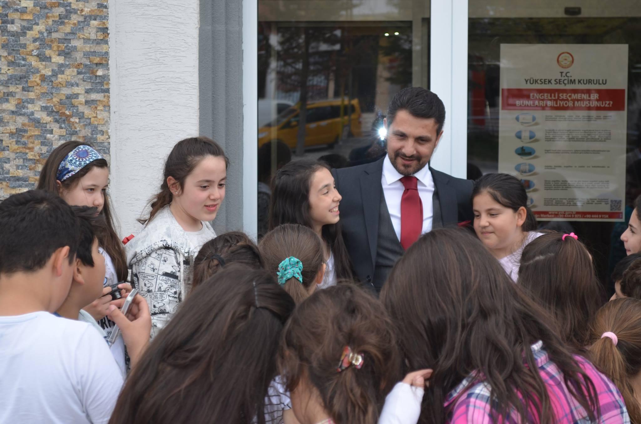 Çocuklar Tarafından Çok Sevilen Belediye Başkanımız Hamid Yüzügüllü