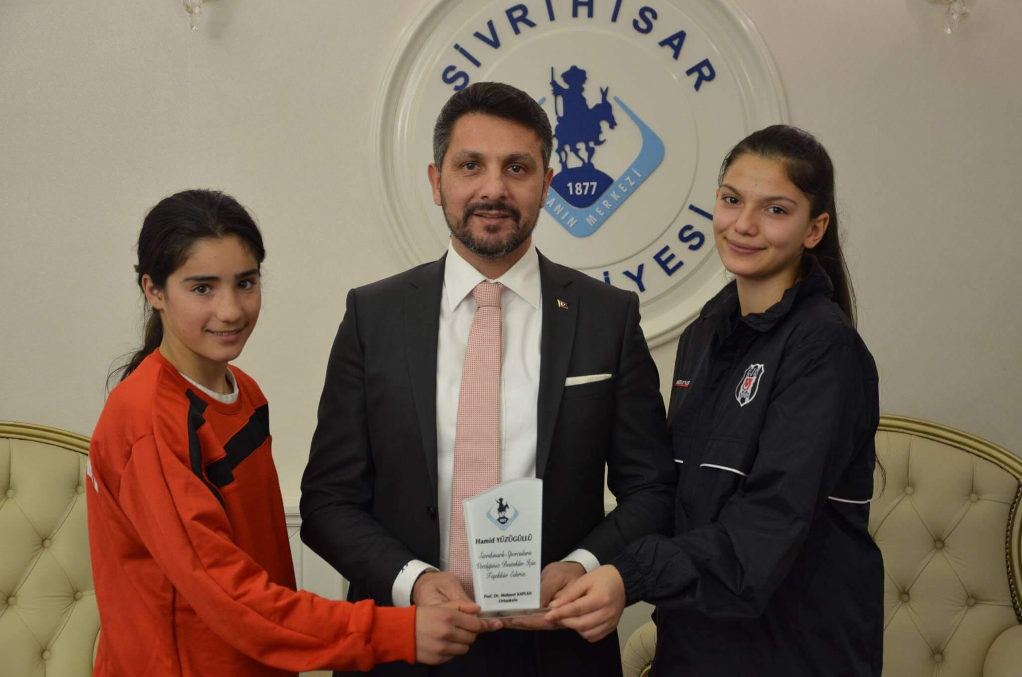 Sivrihisarlı öğrencilere, spora ve sporcuya verdiği destekler dolayısı ile Başkan Yüzügüllü' ye Teşekkür Plaketi takdim edildi.