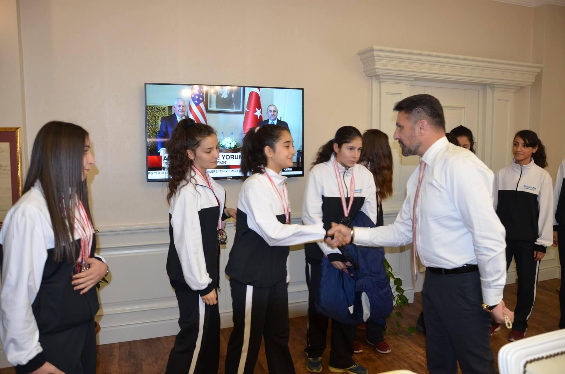 Sivrihisar Belediye Başkanımız Hamid Yüzügüllü Eskişehir Liseler Arası Atletizm Müsabakalarından 43 madalya ve 2 kupa ile dönen Sivrihisarlı gençleri tebrik etti.