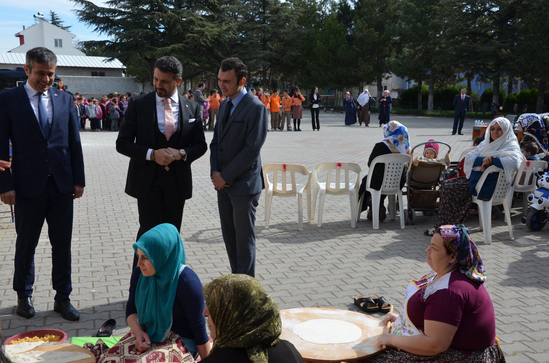 Sivrihisar Belediye Başkanımız Hamid Yüzügüllü ve Sivrihisar Kaymakamımız Erdinç Yılmaz ilçemiz Kaymaz İlk ve Ortaokulu tarafından düzenlenen Nevruz Bayramı Programına katıldılar.