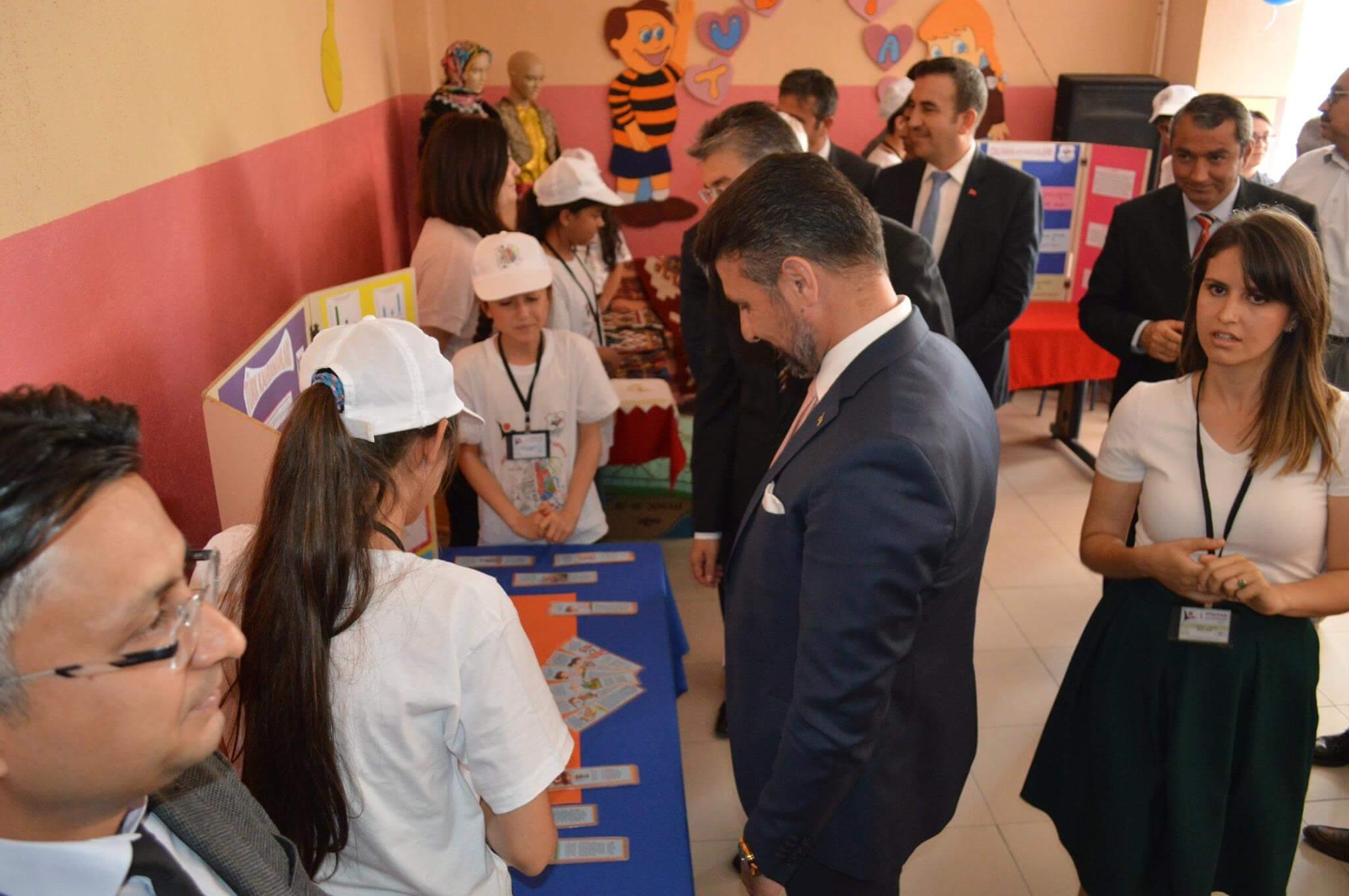 """Sivrihisar Belediye Başkanımız Hamid Yüzügüllü İlçemiz Prof.Dr. Mehmet Kaplan Ortaokulu öğrencilerinin hazırlamış olduğu """"TÜBİTAK 4006 Bilim Fuarı"""" Etkinliğinin Açılışını Gerçekleştirdiler."""