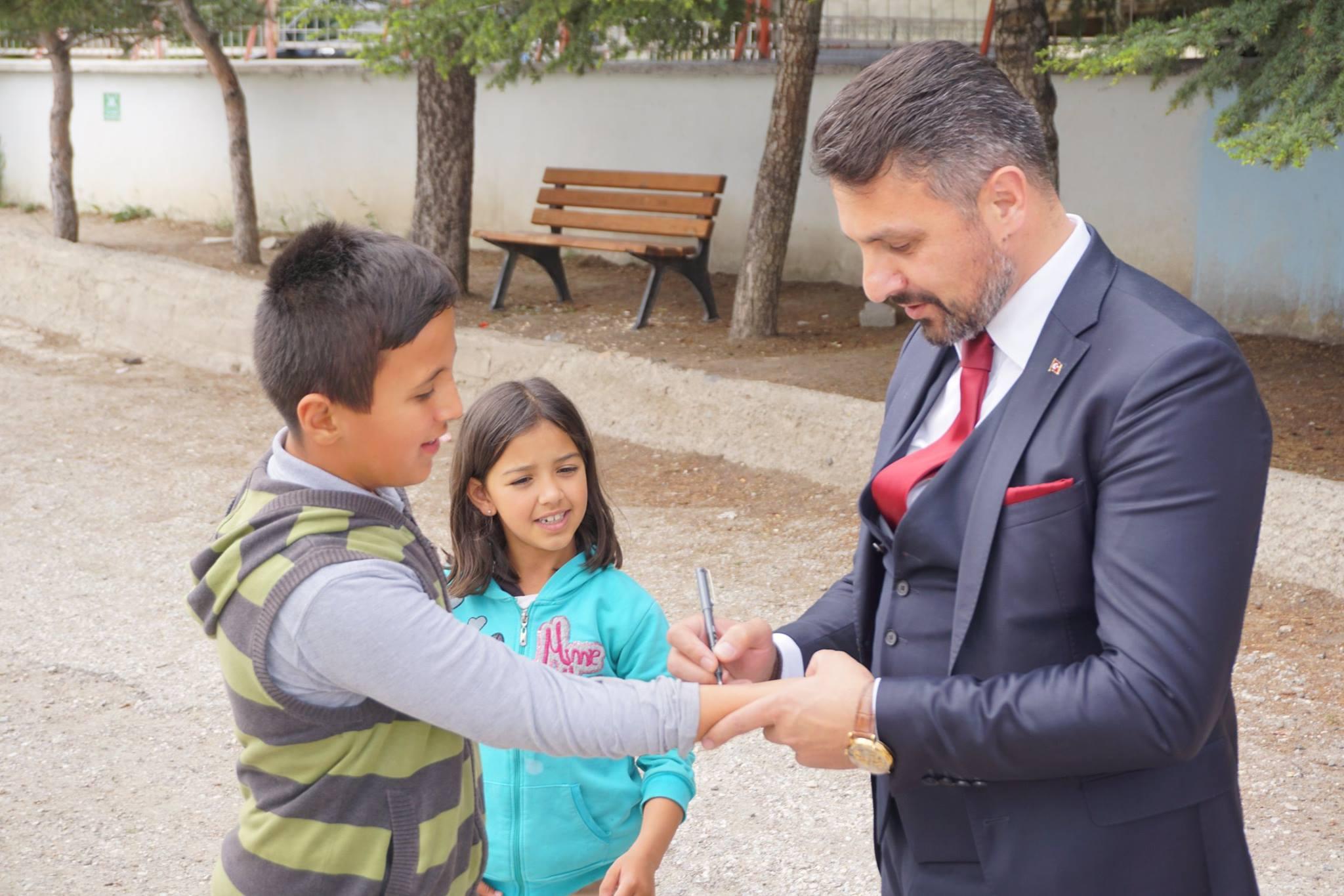 """Sivrihisar Belediye Başkanımız Hamid Yüzügüllü ve İlçe Kaymakamımız Erdinç Yılmaz ilçemiz Hasan Karacalar Ortaokulu öğrencileri tarafından hazırlanan MEB ve TÜBİTAK işbirliği ile gerçekleştirilen """" Bilim Fuarı """" açılışını gerçekleştirerek, öğrencilerden projelerini dinlediler."""