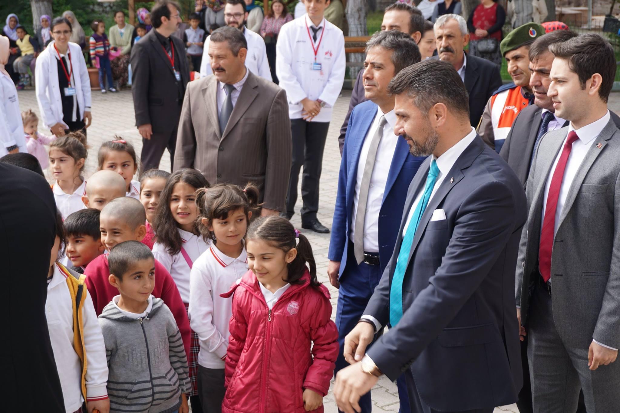 """Sivrihisar Belediye Başkanımız Hamid Yüzügüllü ilçemiz Kaymaz Ortaokulu öğrencileri tarafından hazırlanan TÜBİTAK """" Bilim Fuarı """" açılışını gerçekleştirerek, öğrencilerden projelerini dinlediler."""