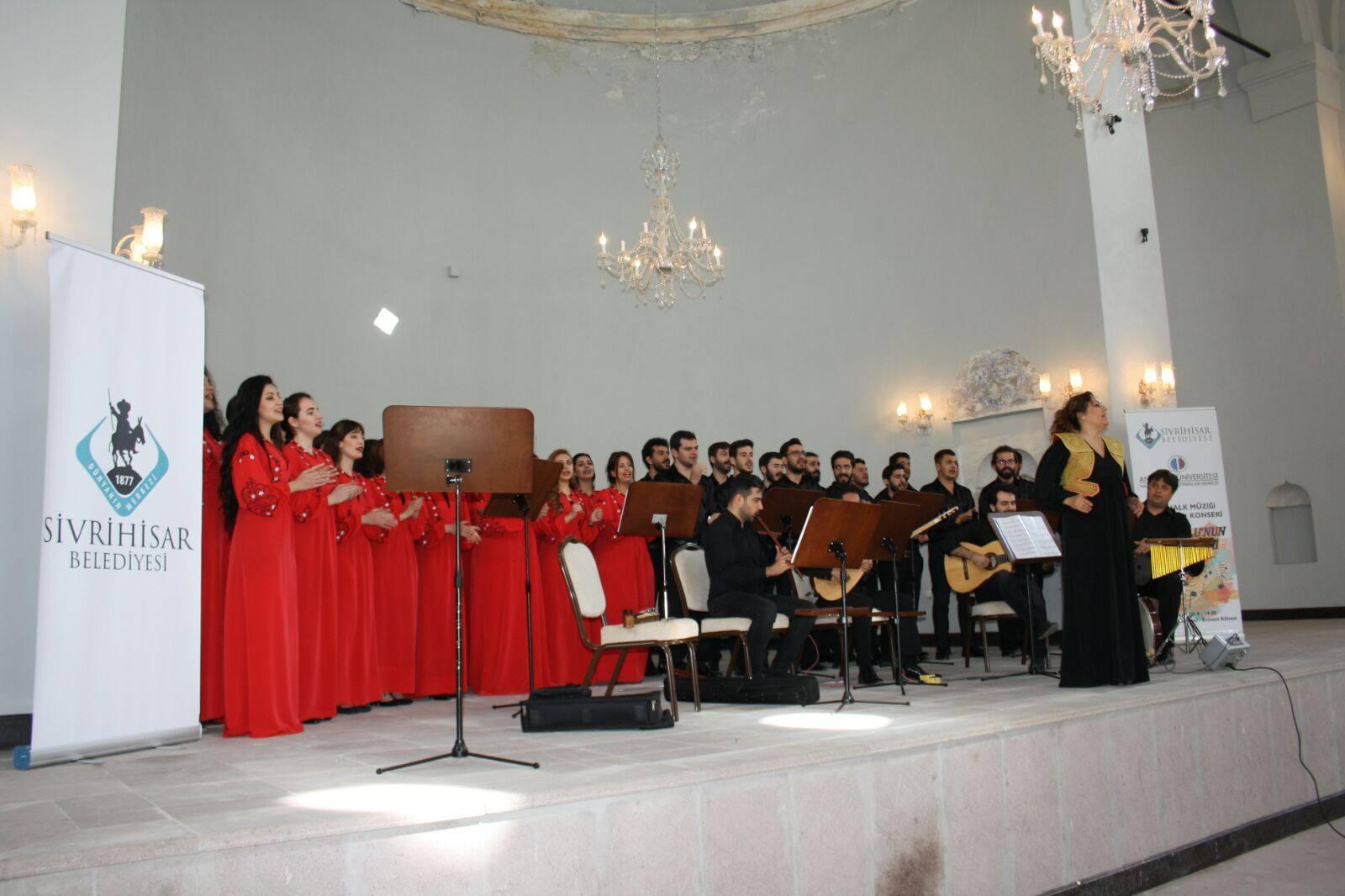 """Sivrihisar Belediyesi ve Anadolu Üniversitesi Halk Bilim ve Araştırmaları Merkezi tarafından düzenlenen Türk Halk Müziği Topluluğu """"Anadolu'nun Türküleri"""" konseri ilçemizde müzikseverlere keyifli bir müzik ziyafeti yaşattı."""
