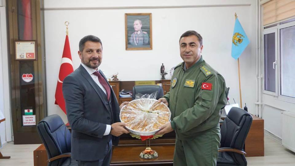 İzmir Gaziemir 3. Kara Havacılık Alay Komutanı Sivrihisarlı hemşehrimiz Kara Pilot Albay Hüsamettin Gürel'i makamında ziyaret ettik.