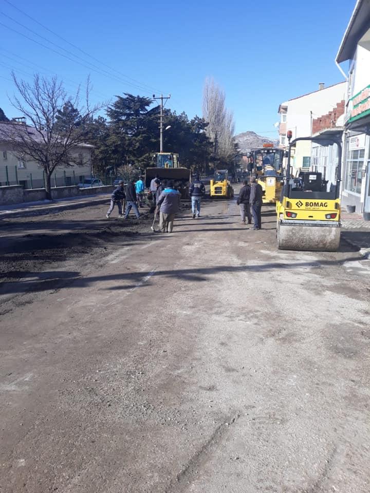 İlçemizde Belediyemiz Fen İşleri Ekiplerimiz Tarafından Yol Onarım Çalışmalarımız Devam Ediyor