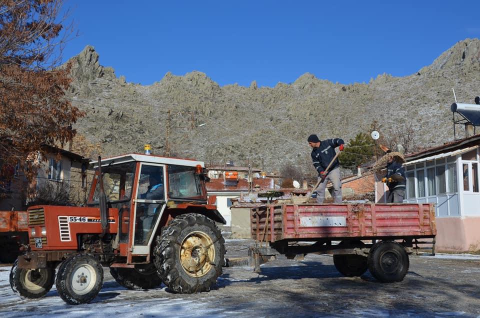 İlçemizde Sivrihisar Belediyesi Fen İşleri ekiplerimiz tarafından kar temizleme, buzlanmaya karşı tuzlama ve onarım çalışmaları devam ediyor